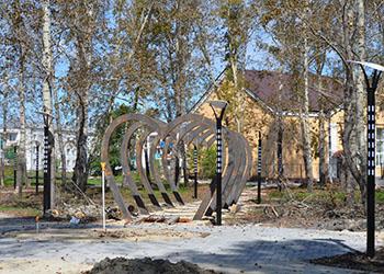 В сквере Белогорска установили арку из пяти сердец