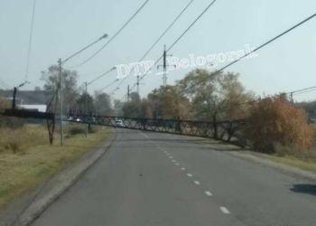В Белогорске на дорогу упала опора ЛЭП