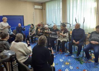 Пенсионеров в «Доброте» учат скандинавской ходьбе