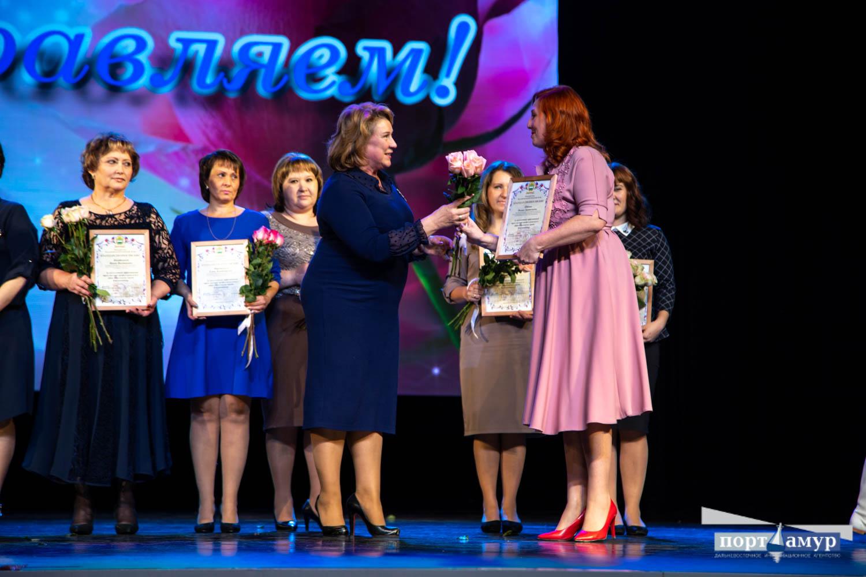 Учителей с профессиональным праздником поздравили в Благовещенске