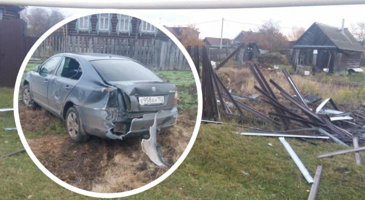Бесправный любитель скорости разворотил металлический забор в Ибресях