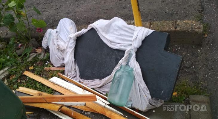 В Новоюжном районе возле мусорного бака больше месяца лежит надгробная плита