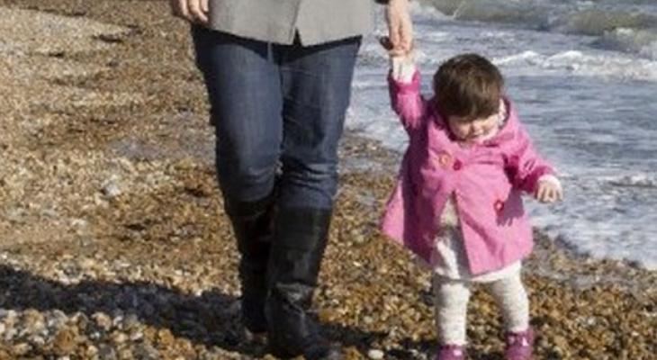 Женщина попыталась сменить фамилию дочке против воли отца