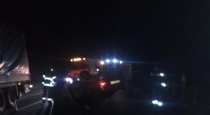 Автомобиль с пьяным водителем врезался в фуру и опрокинулся на М7