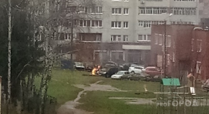 Припаркованный автомобиль загорелся в Юго-Западном районе
