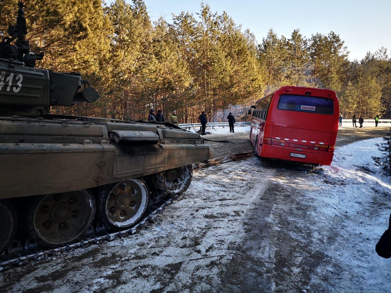 Под Благовещенском из-за гололеда с трассы сошел автобус