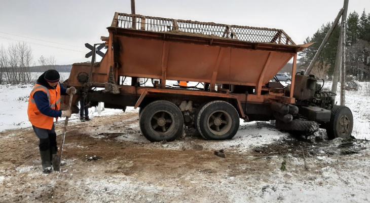 В Канашском районе снегоуборщик столкнулся с электричкой