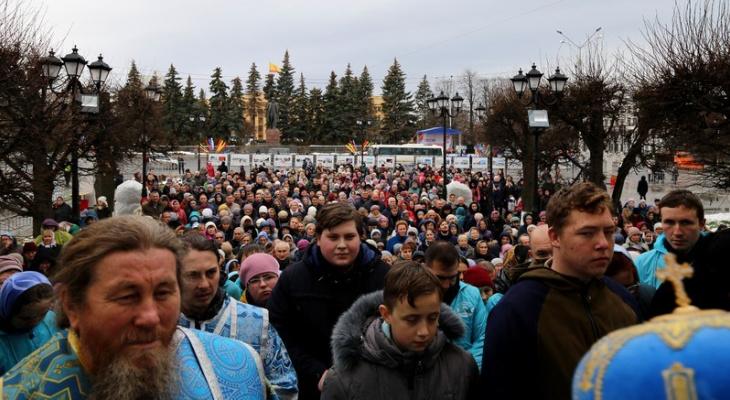 Варнава благословил горожан, молящихся на площади Республики Чебоксар