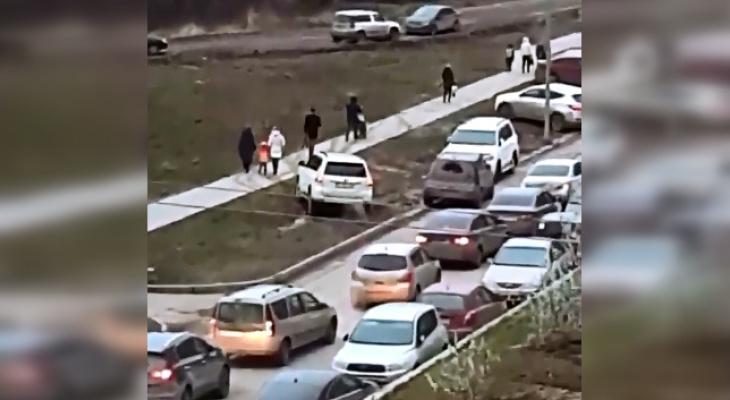 В микрорайоне Университет нерадивые водители объезжают пробки по тротуару