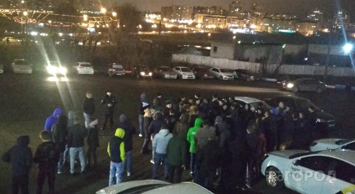 На забастовку яндекс-таксистов приехало 4 экипажа полиции