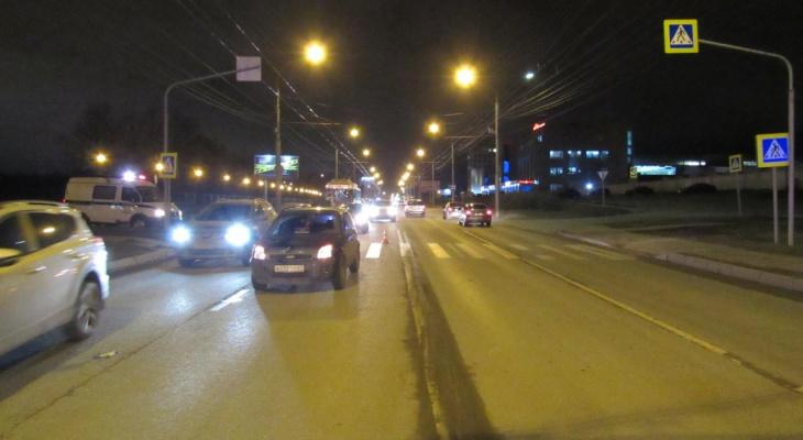 Двое пешеходов шли по зебре в Чебоксарах и попали под машину