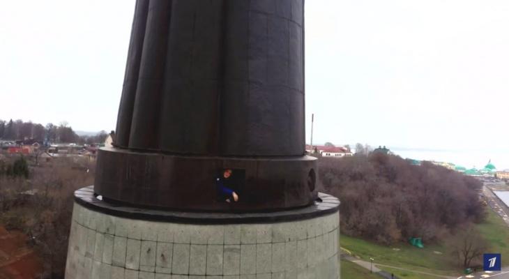В Чебоксарах журналисты Первого канала забрались в монумент и сравнили работника музея с Энтони Хопкинсом