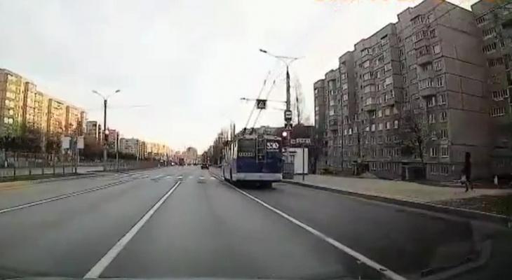 Троллейбус в Чебоксарах проигнорировал красный свет светофора