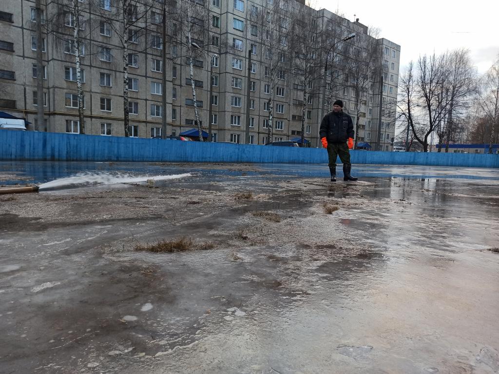 В Новочебоксарске жители заливают каток сами