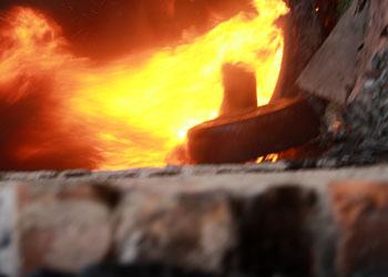 Пожар в амурском селе уничтожил гараж с машиной, трактором и мотоциклами