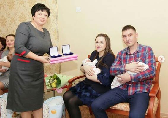 Сразу две пары двойняшек родились в Свободном ко Дню матери