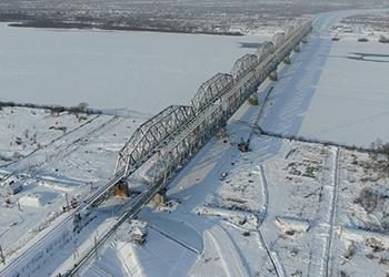 Под Свободным открыли движение поездов по железнодорожному мосту через Зею