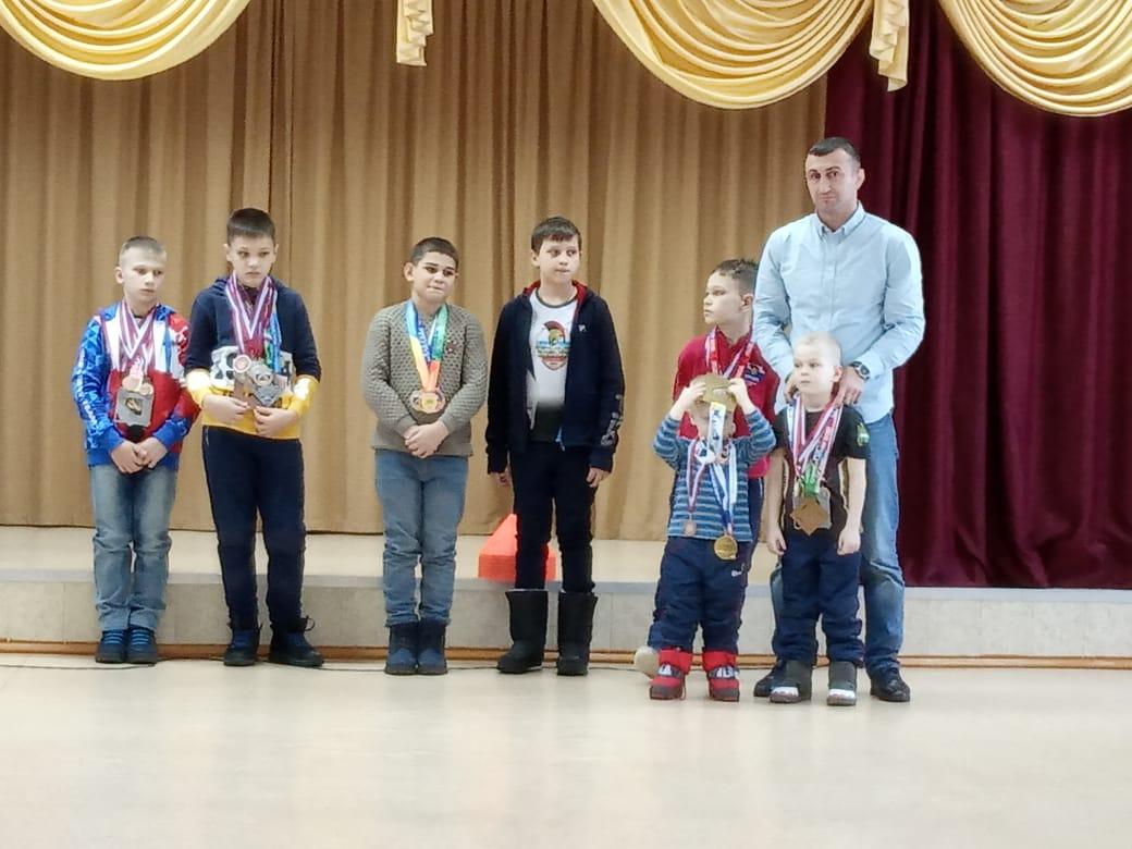 Обувь, игры и сладости подарили ребятам из детдома бойцы благовещенского спортклуба