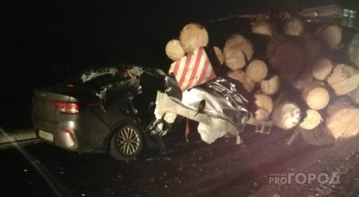 Смертельное ДТП в Чувашии: легковушка влетела в груженый бревнами трактор