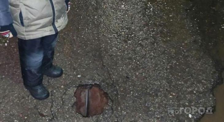 Асфальт начал проваливаться у дома в Юго-Западном районе: