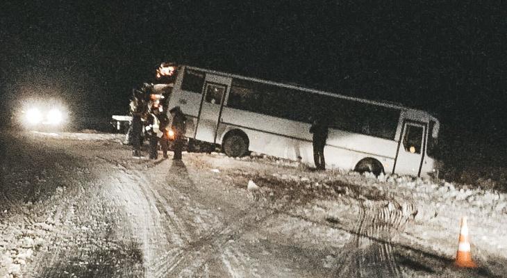 Рейсовый автобус столкнулся с легковушкой на трассе М7