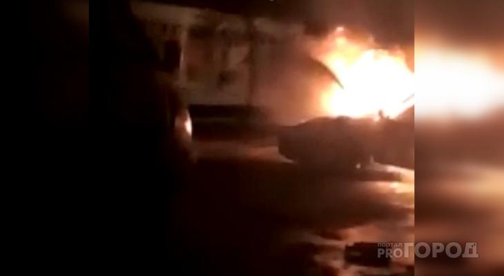 В Чебоксарах на парковке вспыхнули машины: